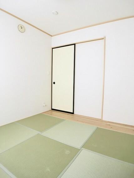 和室 独立した5.2帖の和室は来客用や 同居のご両親の部屋としても。 足をのばしてくつろげる癒しの空間です。