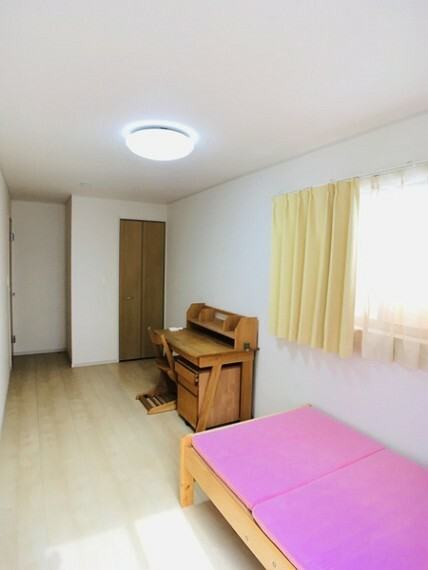 洋室 二面採光で明るい8帖の洋室。(南東) センチュリー21いちにし不動産【一年中休まず営業中】は、 お客様の住まいへの想いをかなえるお手伝いをさせていただきます。