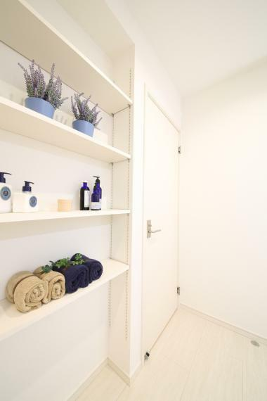 洗面化粧台 洗面室には可動棚が設置されているので収納には困りません