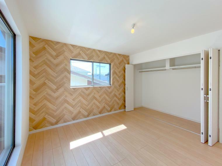 寝室 明るい寝室にはバルコニーとクローゼット、他にも収納スペースを設けました。