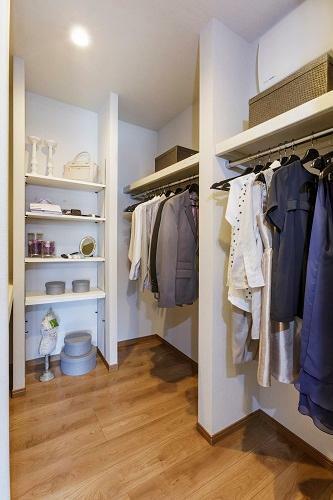 ウォークインクロゼット(参考写真) 家族の衣類や季節ごとのお洋服を整理して収納できる、大容量の収納スペース。住まいのメイン収納として大活躍します。(一部の棟を除く。形状、大きさは棟により異なります。)