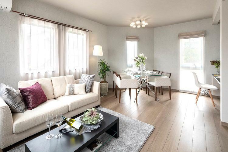 リビングダイニング 家族の集まる寛ぎのリビング。(6号棟 2021年4月撮影)※家具・調度品は販売価格に含まれません。