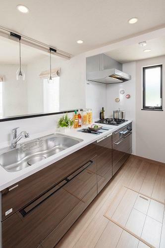 キッチン 美しさと機能性を持ち合わせたシステムキッチン。(6号棟 2021年4月撮影)※家具・調度品は販売価格に含まれません。