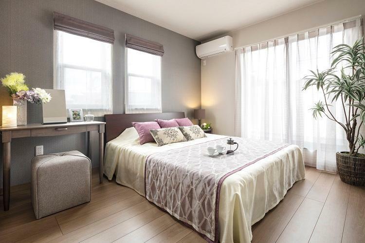 寝室 主寝室は落着きのある上質な空間を演出。(6号棟 2021年4月撮影)※家具・調度品は販売価格に含まれません。