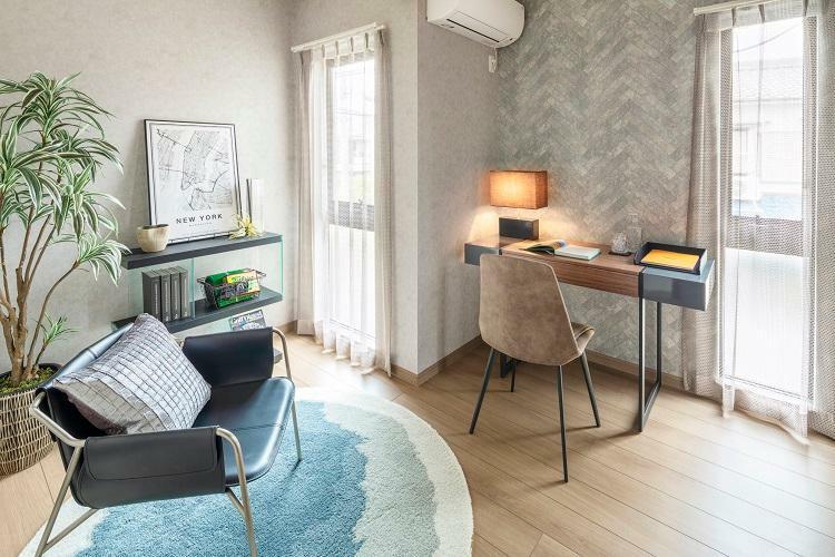 洋室 リビングと一体利用可能な1階洋室。リモートワークのスペースとしてもご利用いただけます。(6号棟 2021年4月撮影)※家具・調度品は販売価格に含まれません。