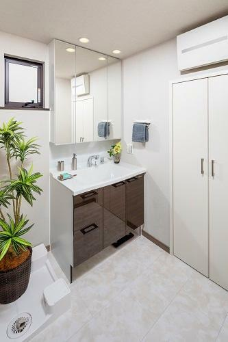 洗面化粧台 洗面化粧台 使いやすい収納付ですっきりキレイにお使いいただけます。(6号棟 2021年4月撮影)※家具・調度品は販売価格に含まれません。