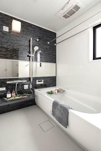 浴室 落ち着きと清潔感を感じさせるユニットバス。(プラズマクラスターイオン付)(6号棟 2021年4月撮影)※家具・調度品は販売価格に含まれません。