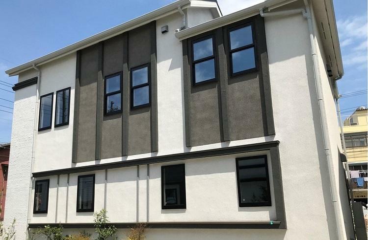 現況外観写真 建物デザイン フレームやモールでラインを入れることで、建物に陰影をつけています。