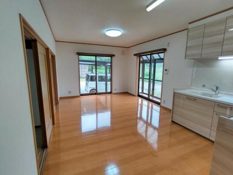 居間・リビング 【リフォーム済】13帖のLDKは、壁・天井クロス貼替、照明器具交換、床ワックスがけを行い居心地の良い空間へと仕上げました。