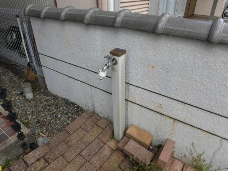 【リフォーム前】玄関アプローチ横にある外水栓です。