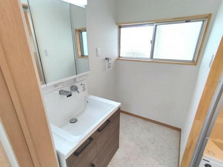 洗面化粧台 【リフォーム済】洗面所です。床はクッションフロア張り、天井・壁のクロス張替え、照明交換を行いました。