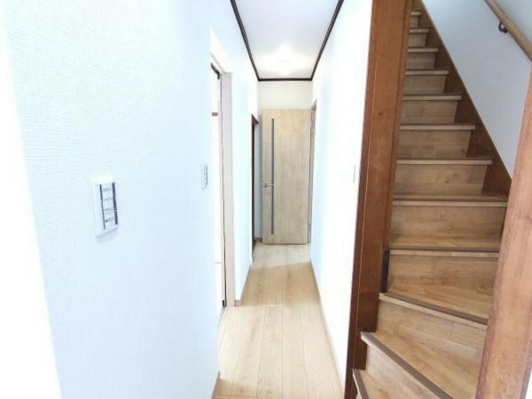 【リフォーム済】1階廊下です。照明を一部新設することで明るい廊下になりました。