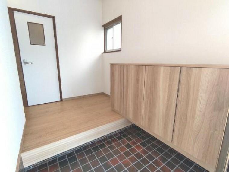 洗面化粧台 【リフォーム済】玄関ホールです。玄関の右手に1600mmのシューズボックスを設置いたしました。