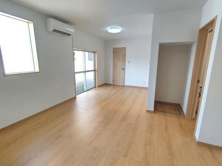 居間・リビング 【リフォーム済】リビング別角度です。床はフローリング張り、壁・天井はクロスを貼りました。照明器具も交換いたしました。