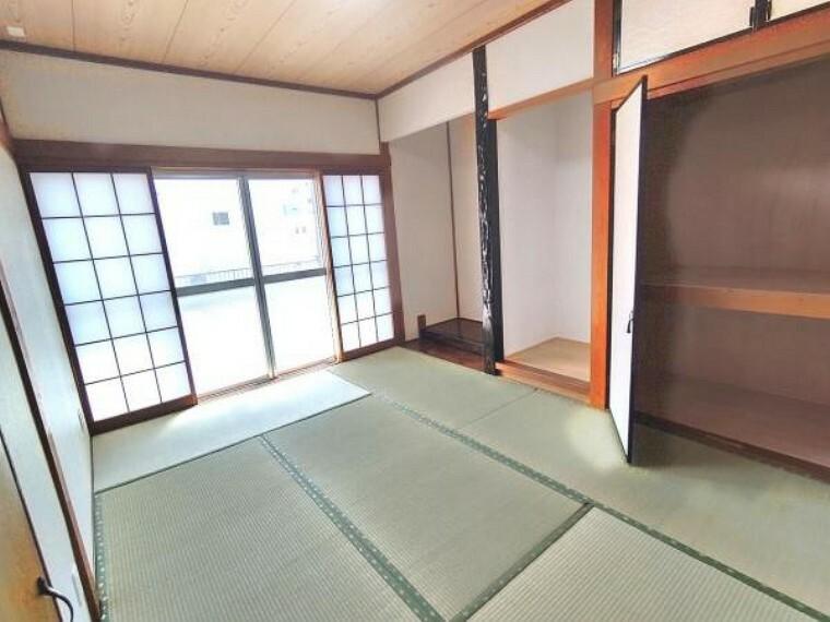 【リフォーム済】1階西側和室です。畳は表替え、天井・壁はクロスを貼りました。障子・襖も張替えを行いました。
