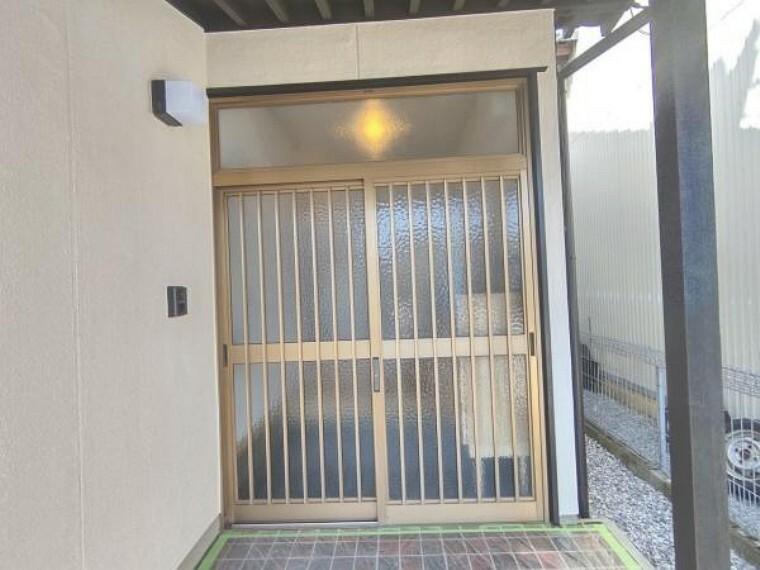 玄関 【リフォーム済】玄関扉です。扉はクリーニング、鍵は新品交換いたしました。