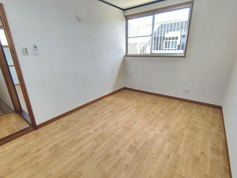 【リフォーム済】2階西側洋室です。床はクッションフロア張り、壁・天井はクロスを貼りました。