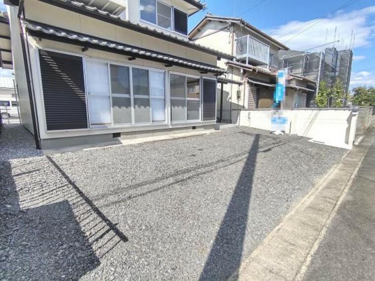駐車場 【リフォーム済】庭とサンルームを解体して駐車場を増設しました。並列で2台駐車することができます。
