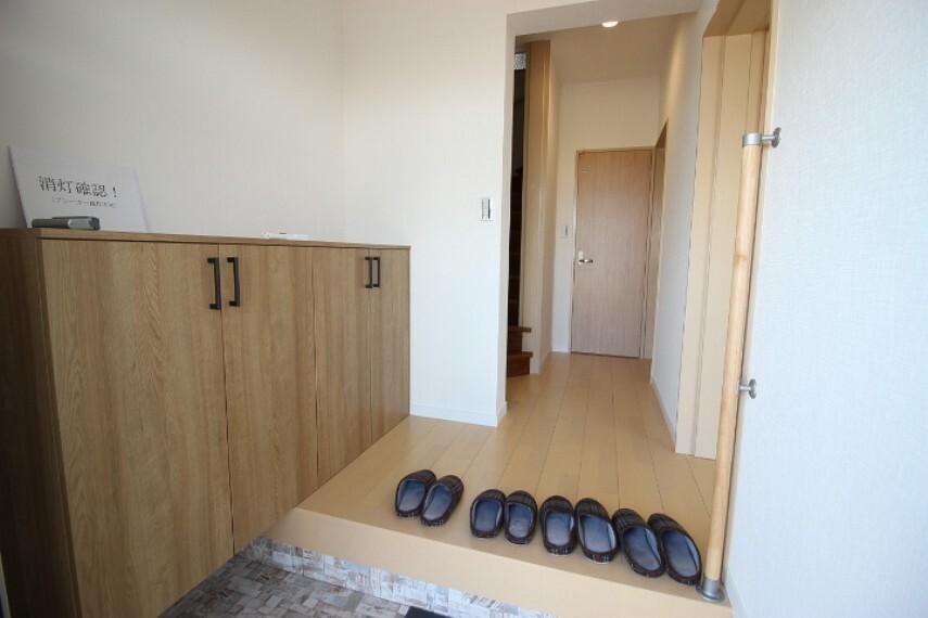 玄関 スタイリッシュなシューズボックスが備え付けられています 年配の方にも優しい手摺り付!