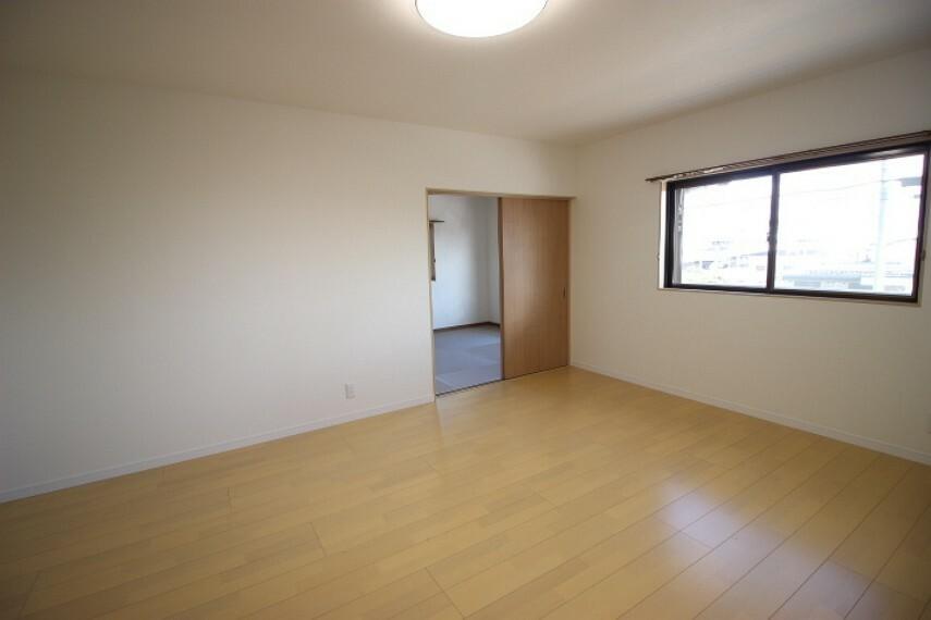 洋室 10帖洋室 広々とした居室 両面に窓があり風通し良好