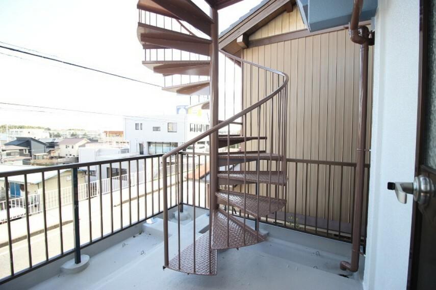 バルコニー 2階バルコニー 螺旋階段を上って屋上へ