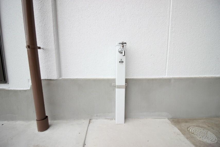 勝手口の横に水栓があります 洗車にも重宝します