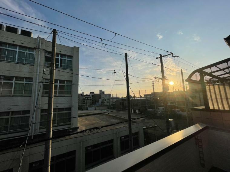 眺望 2階バルコニーからの眺望 前面学校につき、さえぎる建物が無く 眺望日当たり。風通し良好です。