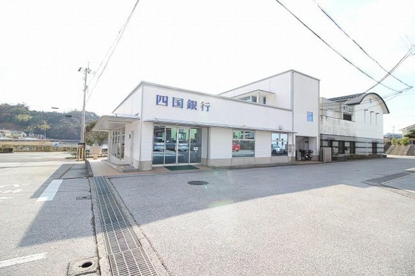 銀行 【銀行】四国銀行 香長支店まで742m
