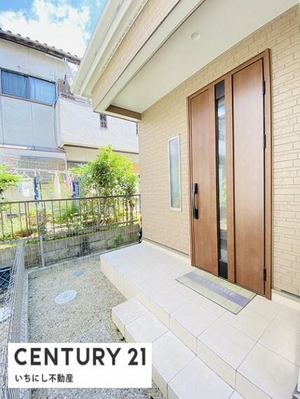 玄関 「いってきます」「ただいま」の元気な声が 毎日響きそうな明るい玄関スペース。