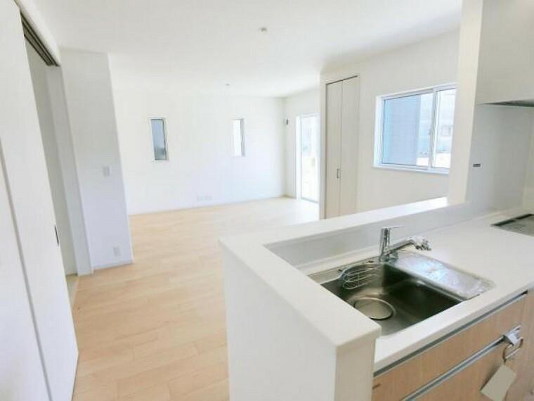 居間・リビング キッチンの前にダイニングテーブルを置いても余裕ある広さです。