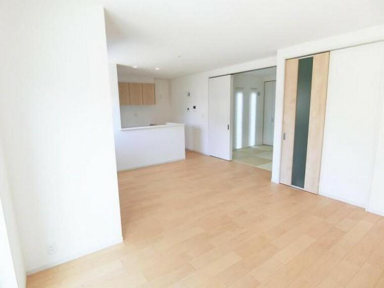 居間・リビング 長方形のLDKはキッチン内から見渡しやすく、また家具を置きやすい形です。