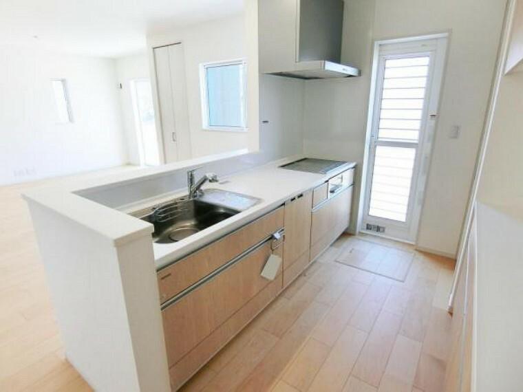 キッチン IHクッキングヒーター、食器洗浄乾燥機、浄水機能付き水栓、スライド収納のシステムキッチンです。