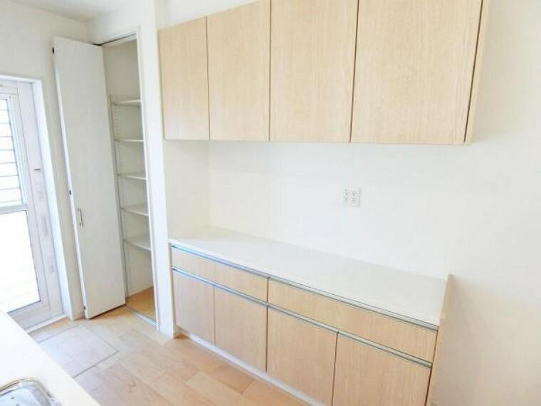 キッチン カップボードも完備、設備充実のシステムキッチンです。