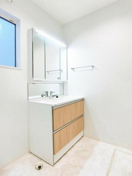 洗面化粧台 3面鏡洗髪洗面化粧台は大きいボウルで、お子様の髪を洗う際や衣類の手洗い時にも水が飛び散りません。