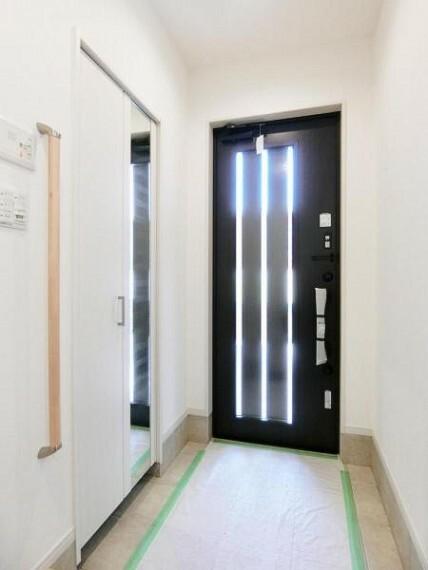 玄関 お客様をお迎えする玄関は収納も豊富ですっきりとした印象を与えてくれます!