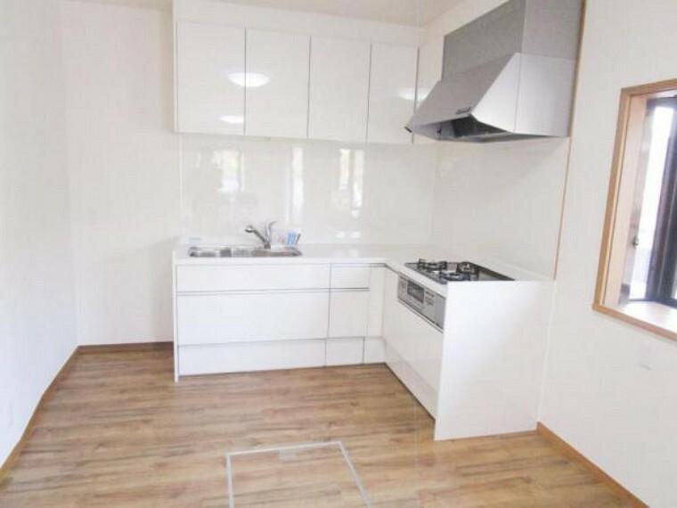 キッチン 【同仕様写真】キッチンは新品に交換します。人工大理石のワークトップがお洒落で毎日の炊事も楽しくできそうですね。