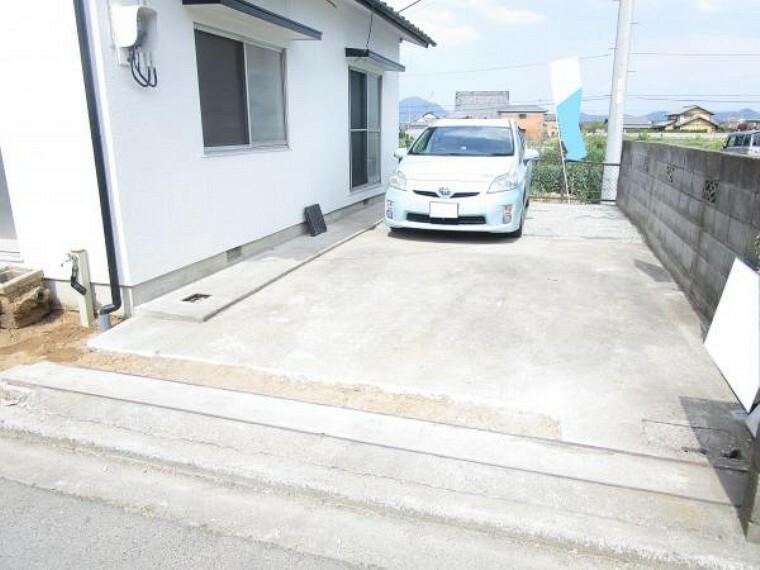 駐車場 【リフォーム中】駐車スペースは縦列で2台分です。奥の草は伐採して整地予定です。(2021.2.27撮影)