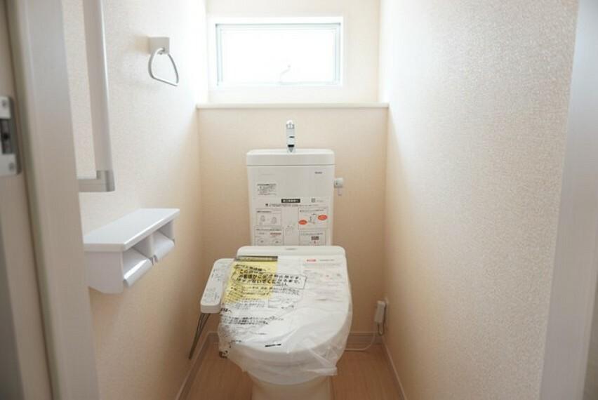 トイレ 同仕様写真。ウォシュレット付トイレです。節水機能もあるので、安心して使えますね。もちろん、1階2階の2ヶ所にトイレがあるので、忙しい朝にもゆとりができますね。