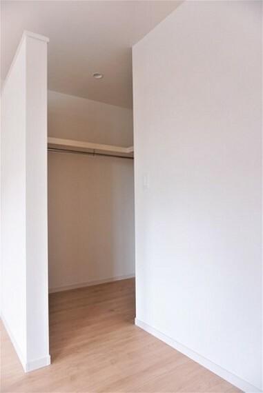 寝室 同仕様写真。明るい洋室です。ウォークインクローゼット付きでお洋服を選ぶ楽しくなりますね。