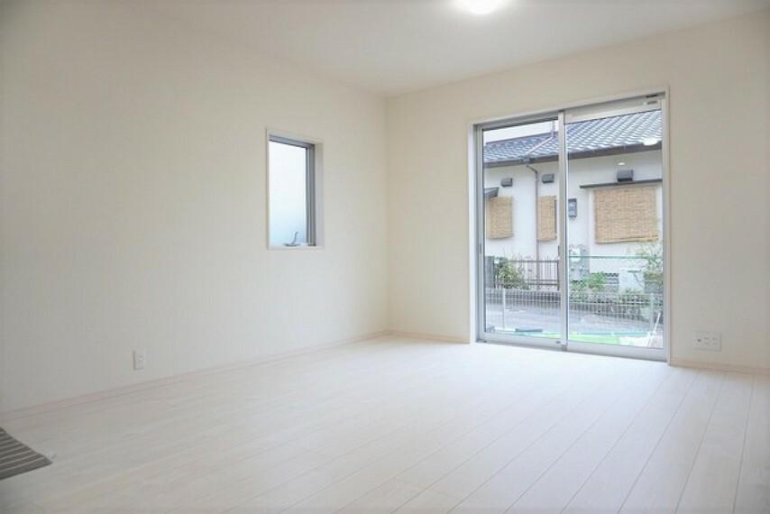 居間・リビング 同仕様写真。窓ガラスは日射熱や紫外線を大幅にカットできる遮熱Low-e複層ガラスを採用し良質な室内環境と冷暖房負担の軽減を実現します。