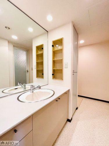 洗面化粧台 大きな鏡で見やすい洗面化粧台!便利な収納スペース付き。