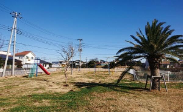 公園 住宅地の中にある公園で安心して遊べます。園内にはブランコや滑り台、広い芝生が設置されています[分譲地から約1500m](2021年1月撮影)