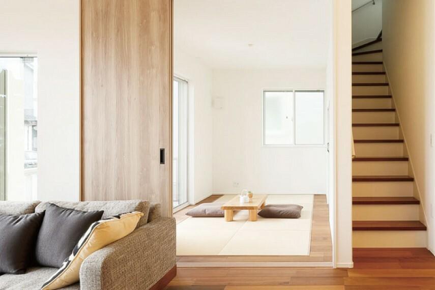 ゆったりと憩える風情を感じるモダン和室  畳を敷いているので胡坐をかいてほっと落ち着け、そのまま横にもなれる和の空間。子どものお昼寝場所としても利用できます。