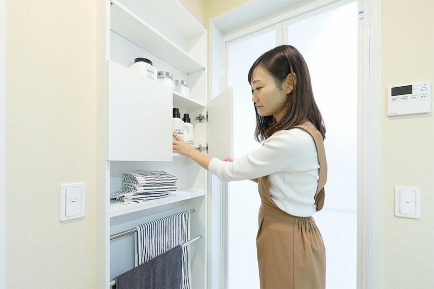 埋め込みリネン庫  タオルや洗面用品のストックをきれいに収納でき、パウダールームがスッキリ片付きます。