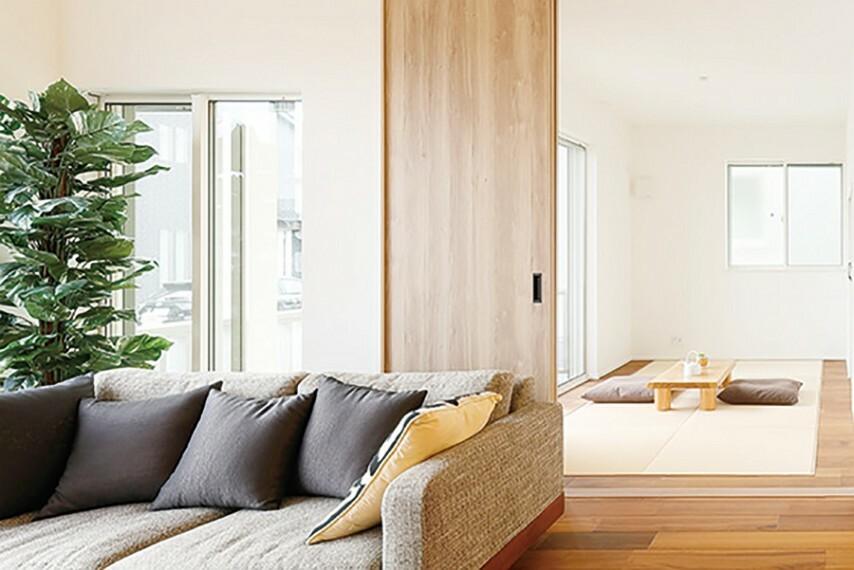 居間・リビング JAPANESE ROOM【PLAN 5】ゆったりと憩え、応接にも便利な和室  畳を敷いているので足をくずしてほっと落ち着け、そのままゴロンと横にもなれる和の空間。お客様の応接などにも利用できます。