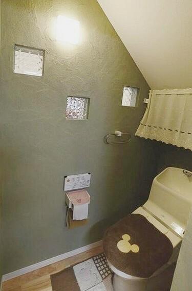 トイレ 温水洗浄便座完備。エコ・お手入れのアイディアがオールインワンの使い易く清潔感のある仕様です。