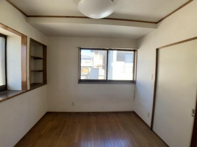洋室 【現在工事前写真】すべての居室で床やクロスの張り替え、照明の新設を実施します。一部アクセントクロスやダウンライトを使用することでお洒落で明るい空間に仕上げて参ります。