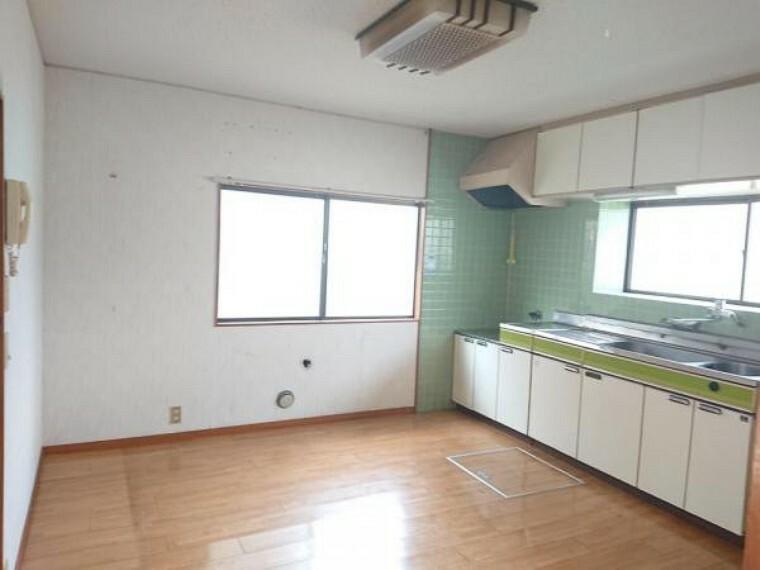 居間・リビング 【リフォーム前写真】現状のダイニングです。キッチンを対面式に位置変更を行う予定です。