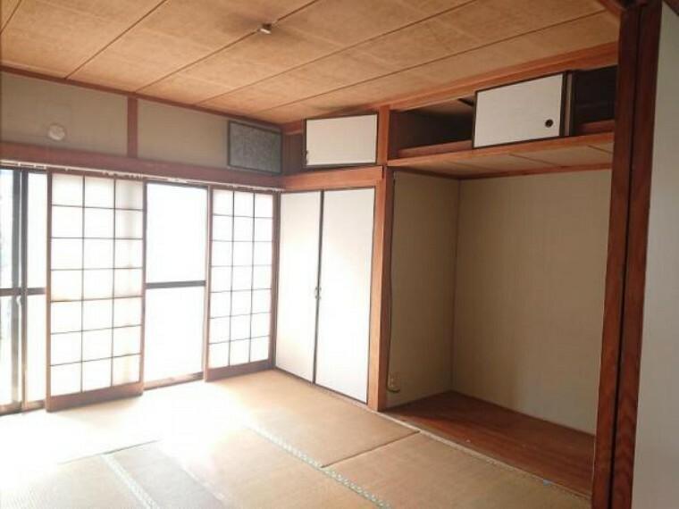 居間・リビング 【リフォーム前写真】1階南側に面する和室の1室です。リビングの一部として間取変更いたします。畳をフロアに変え、押入はクロゼットへ変更します。