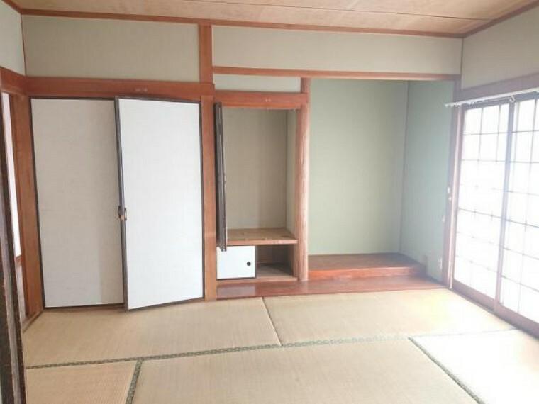 【リフォーム前写真】1階東側の和室は畳の表替えをいたします。リビングルームに接するお部屋のため、扉を開放すればリビングと一体としてお過ごしいただけます。